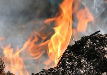 В Краснодаре загорелся мусор на пустыре рядом с домами