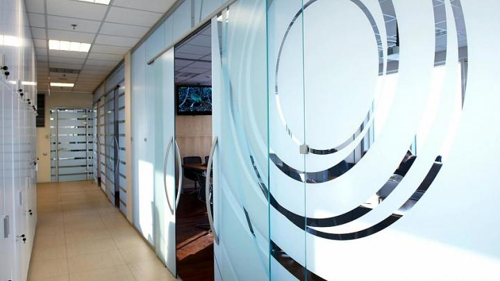 Преимущества тонировки стеклянных офисных перегородок пленкой