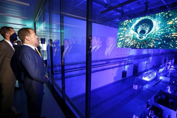 Медведев ознакомился с работой центра по переработке полимеров