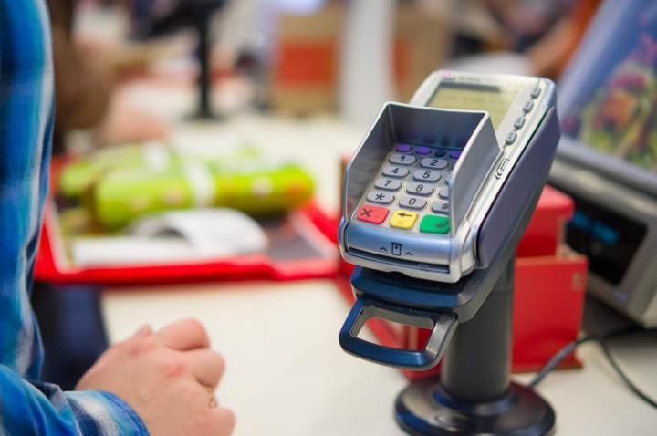 Госдума планирует обязать магазины принимать карты к 2023 году