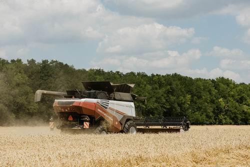 Ростсельмаш запустил в производство обновленный зерноуборочный комбайн TORUM 785