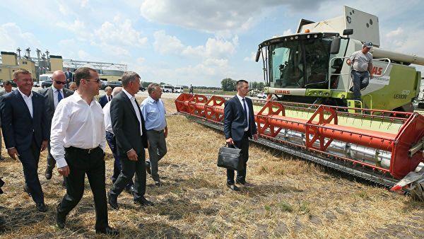 Медведев посетил комбикормовый завод и осмотрел элеватор в Курской области