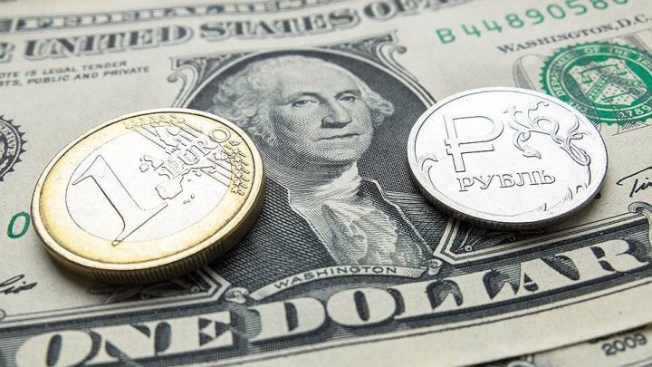 Рубль умеренно ослаб к доллару и евро из-за снижения интереса к рисковым активам