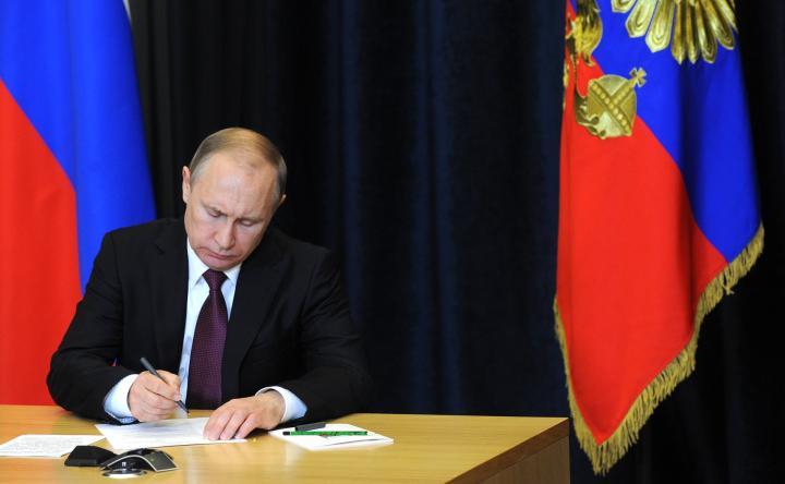 Президент России подписал закон, позволяющий признавать сертификаты недействительными